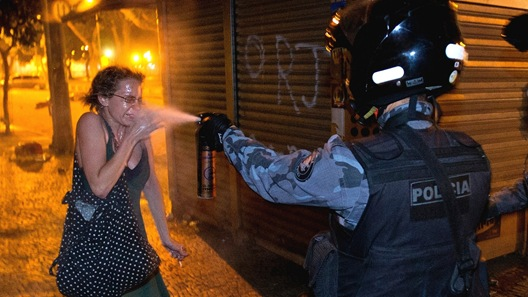 17jun2013---pm-espirra-spray-de-pimenta-sobre-manifestante-durante-protesto-no-rio-de-janeiro-contra-aumento-das-tarifas-de-onibus-na-noite-desta-segunda-feira-17-protestos