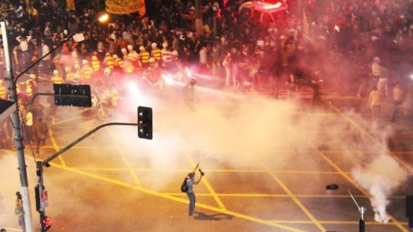 istrou-momento-da-manifestacao-contra-o-aumento-da-tarifa-do-transporte-publico-no-centro-de-sao-paulo-na-noite-desta-quinta-feira-13-1371240282968_1920x1080[1]